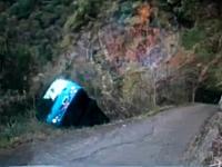 台湾で観光バスが崖下に転落し13人が死亡した事故の映像。新竹県尖石