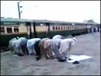 ネタかよww列車の出発時間とお祈りの時間が被ってしまうとこうなるww