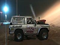車で砂丘を駆け上がる自動車競技で3000馬力のスーパー四駆がボンッ!