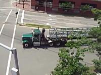 これは凄い。驚く長さの荷物を積んだトレーラーが交差点を曲がっていく動画