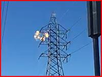 自殺志願者か麻薬中毒者か。鉄塔に登っていた男性が感電してしまう瞬間