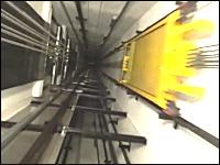 動くエレベーターのかごの上に乗ってシャフトの内部を撮影。映画のアレか。