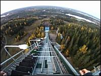 スキーのジャンプ台から無茶なダイブをする男。ジャンプ台からの景色怖すぎ