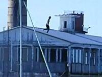 危険な失敗動画。屋根ジャンプに失敗してギリギリな所に落ちちゃう男性