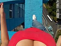 高所が死ぬほど怖い。恐ろしい高さのビルのふちを歩く女性視点の映像。