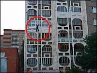 マンションの壁を降りようとしていた男性が誤って落下してしまう瞬間の映像。