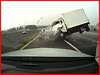 一瞬動画。これはヤバい。ヤバすぎる事故の瞬間。確実に死んでるだろ・・・。