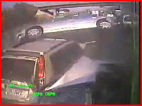 最恐!渋滞中の車を弾き飛ばしながら進む極悪なバスの車載カメラの映像