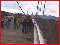 目測を誤ったムササビ男が高速で橋に激突して死亡してしまう事故の映像。