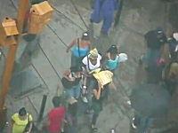 スリのグループが歩行者の鞄から財布を盗み取っている様子を撮影した映像