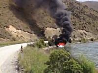 消火器が無くてもおっけー☆燃えるボートの火を消すクールな消火方法とは。