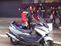 喧嘩でワンピースを剥ぎ取られた女性が下着のままビックスクーターに乗ろうとするw