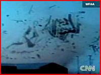 目の前で巻き上げられる家屋の破片!竜巻から逃げ遅れた男性が至近距離から撮影