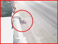 これはうわああ(@_@;)悲惨すぎるひき逃げ事件の映像。ショッキング注意。