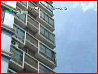 15階建てのマンションの屋上から女性が飛び降り地面と衝突するまでを報道