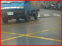 カメラの目の前で起きた事故映像。トラックに二人乗りのスクーターが突っ込む
