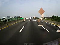これは大迷惑すぎるw前を走るトラックの荷台からたくさんの板が飛んできた!
