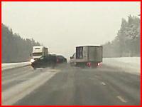 スピンしたSUVが対向車線に飛び出し大型トラックに突っ込まれて木端微塵