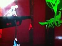 ミュージカル公演中スパイダーマンのワイヤーが切れて9m落下する事故の瞬間