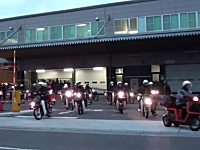 郵便局の元旦配達出発式の様子が凄い。太鼓と鐘の音に送り出されるバイクたち。