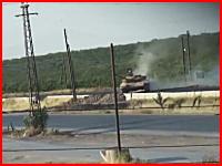 戦場カメラマンは危険なお仕事。シリアで戦車に撃たれてしまう衝撃動画。