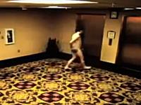 全裸でホテルのオートロックに締め出されてしまった男性の悲しいビデオ。