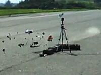 木っ端微塵wwwww時速165キロで事故ったラジコンがバラバラwwwww