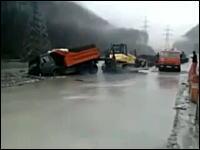 ドライバー危機一髪!救出に失敗したトラックが完全水没。極寒の川に運転手が