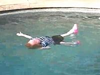 訓練?虐待?嫌がる服を着たままの幼児をプールに放り込むママン動画