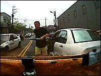クラクション鳴らしたらバットを持った男が降りてきた怖い動画。中国?台湾?