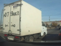 信号停止する度に激しく揺れるトラック。そのうちぶっ壊れそうじゃね?www