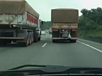 これは焦るwww前を走るトラックをよ~く見てみると?凄い所に乗客がいたw