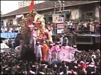 インドのお祭りで見物人らが集まったバルコニーが崩壊1名が死亡。その瞬間
