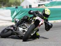 ヒザを擦りながら後輪を滑らしてカーブを攻めるバイク野郎たちのカッコイイ動画