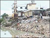 完全にゴミで埋まった河川。路上に溢れるゴミ。ハイチが悲惨な事になっている。