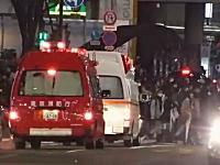 サイレンを鳴らして緊急走行中の救急車を無視して歩き続ける東京の人たち