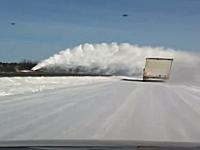 除雪車が迫ってきたぞ「ひょおおおおお!」予想以上の雪の量だったドラレコ