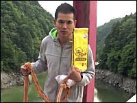 日本人の挑戦「32メートルの高さから輪ゴムでバンジージャンプやってみた」