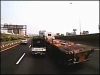 これは酷いドラレコ動画。幅寄せにブチギレた車が仕返しをして大惨事にw