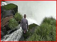 イグアスの滝から女性が飛び降り自殺。その瞬間を観光客のカメラが捉える