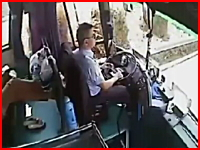 鉄板がバスのフロントガラスを粉砕して運転手を直撃。停車させた後、死亡。