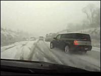 視界の悪い道で飛ばすなよ。急に見えた車列に突っ込んでしまうドラレコ動画
