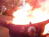 公道レースで炎の中を突っ切る事になってしまったバイクのオンボード映像。