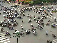 バイク多すぎwww渡りきれる気がしないベトナムの交差点。これはカオス。