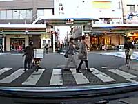 歩行者なら信号無視してもおk?うんこ漏れそうな配達バイクがシュタタタタ