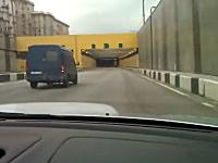 ロシアのスバリストが動画を撮影中に高速で渋滞に突っ込む動画が話題に。