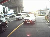 間違いやすい所で取り締まりを行うパトカーの映像。交通違反検挙の瞬間。