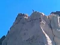 絶壁ダイブ。高さ120フィートの崖の上からダム湖に向かって飛び込む男子。