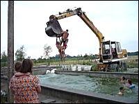 豪快サマーwwwwwユンボを使って危険なプール遊びをしている外人たち