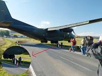 ドイツの輸送機が着陸でサービスしすぎて観客がギリギリ危ない動画の写真